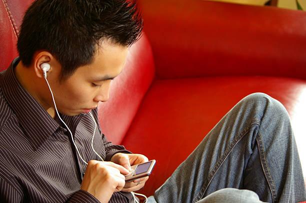 jeune homme ecoutant de la música de parís - mp4 fotografías e imágenes de stock