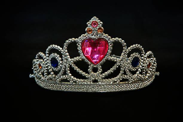 tiara mit rubin herz mit schmucksteinen - prinzessin tiara stock-fotos und bilder
