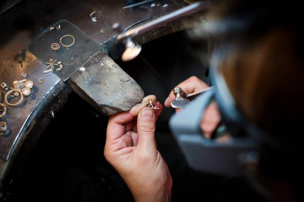juvelerarsågar på guldring i äkta smyckes verkstad - hand gold jewels bildbanksfoton och bilder
