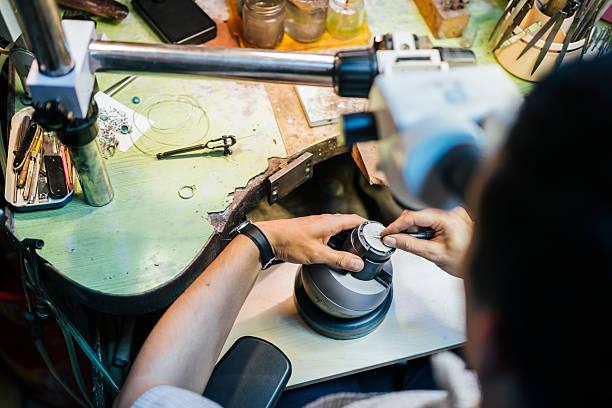juwelier zusammenarbeit mit optisches gerät - ring anleitung stock-fotos und bilder