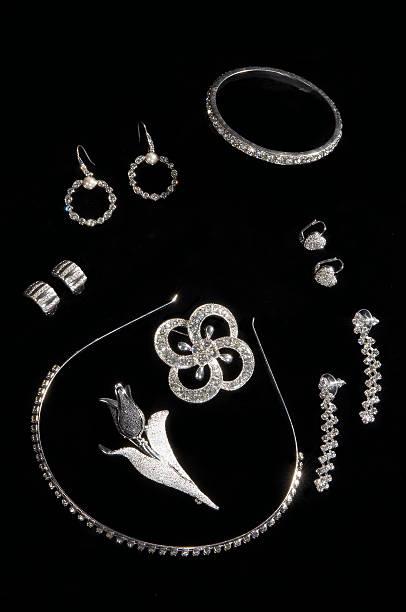 jeweleries - halskette weißgold stock-fotos und bilder