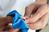マイクロ繊維の生地が付いている宝石商手の磨くことおよびクリーニングの宝石類のダイヤモンドリング