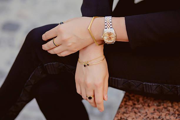 zbliżenie na kobieta ręce, biżuteria - akcesorium osobiste zdjęcia i obrazy z banku zdjęć