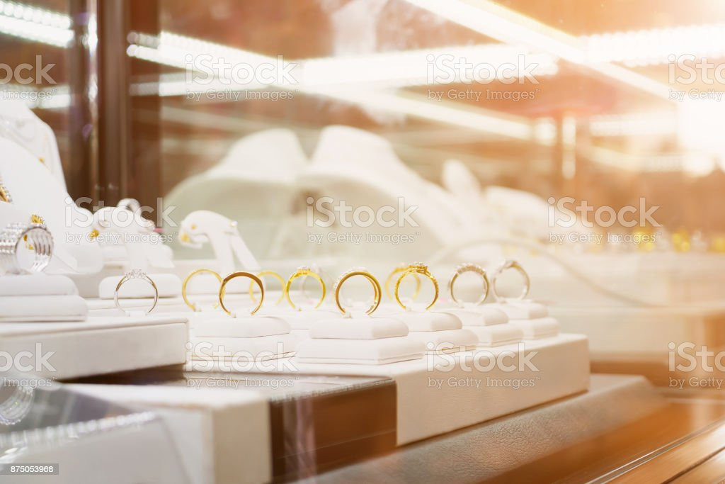 Diamante joias anéis e colares show na exposição de janela da loja de varejo de luxo - foto de acervo