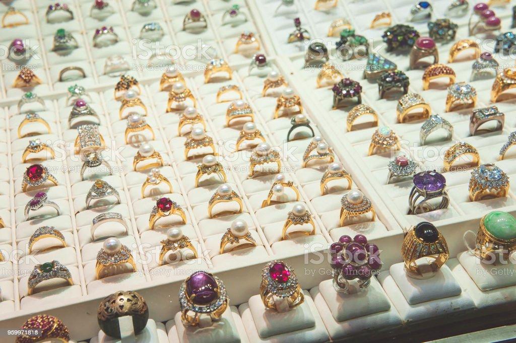 ae4cde94397 Photo libre de droit de Bijoux En Vitrine Bague En Diamant Bijoux ...