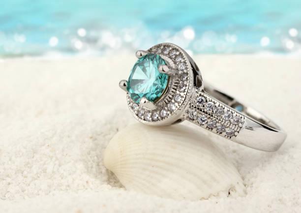 smycken ring med akvamarin pärla på sand beach bakgrund - ring juveler bildbanksfoton och bilder