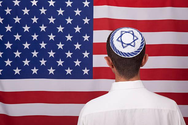 jewish obywatel w jarmułka przed amerykańska flaga - judaizm zdjęcia i obrazy z banku zdjęć