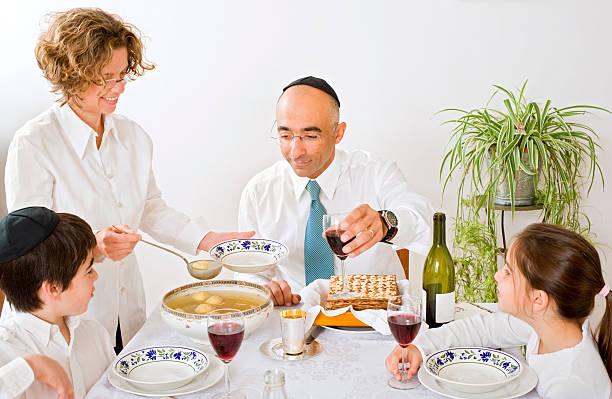 judía de familia celebrando pascua judía - pascua judía fotografías e imágenes de stock