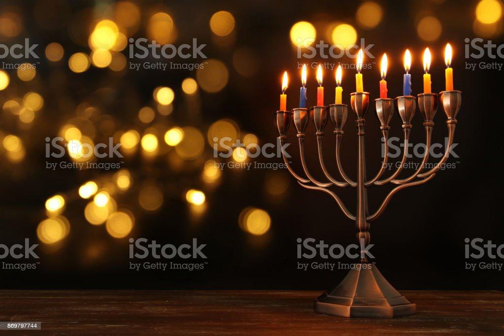 ユダヤ人の祝日のハヌカ本枝の燭台 (伝統的な燭台) とろうそくと背景 ストックフォト
