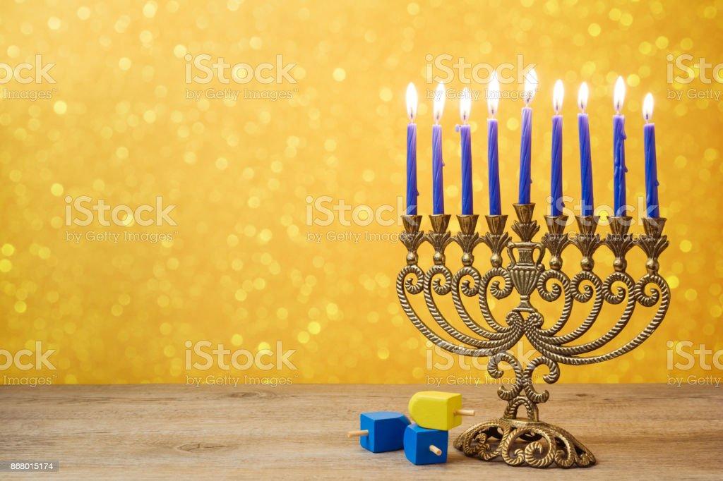 ユダヤ人の祝日のハヌカの背景にビンテージ本枝の燭台、ライト ボケ以上トップ ドレイドルを回転します。 ストックフォト