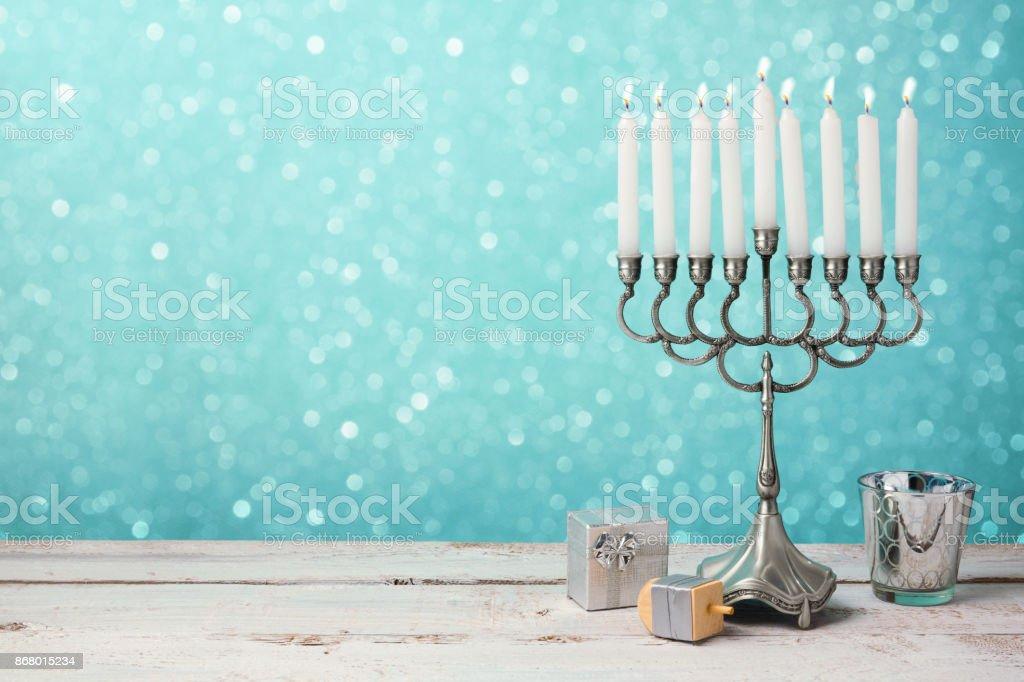 ユダヤ人の祝日のハヌカ本枝の燭台、ドレイドル木製のテーブルにプレゼントとお祝い ストックフォト