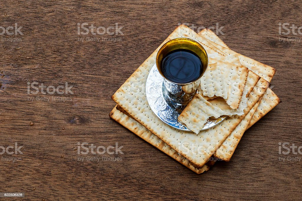 Jewish holiday Passover background with wine and seder plate - foto de stock