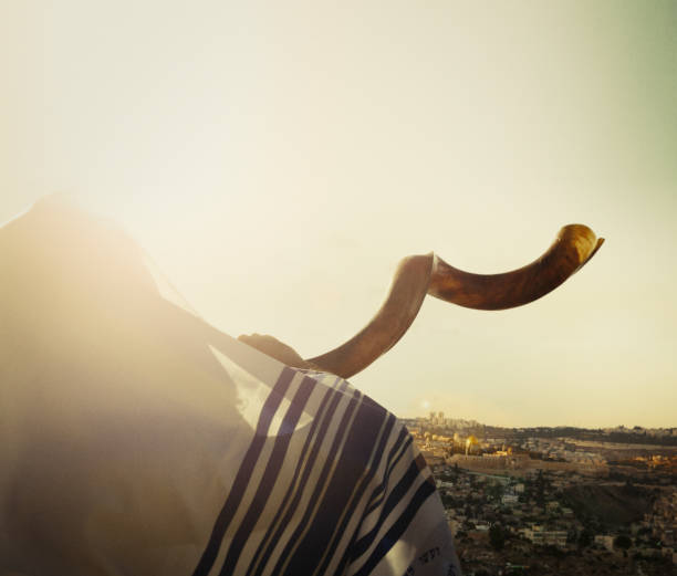 jewish man blowing the shofar in jerusalem - rosh hashana стоковые фото и изображения