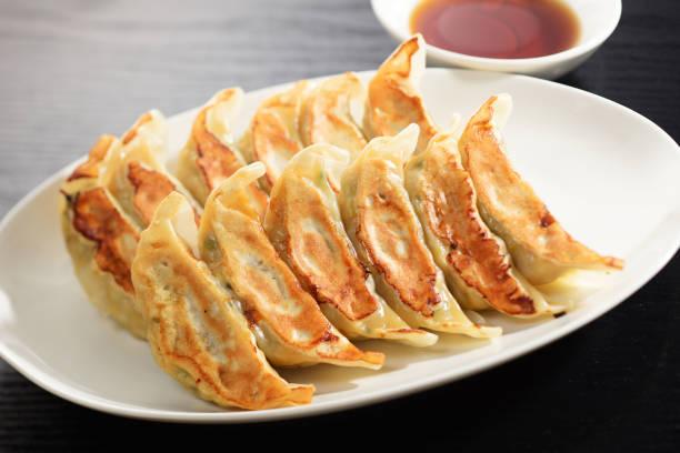 jiaozi. chinesische küche. - knödel kochen stock-fotos und bilder
