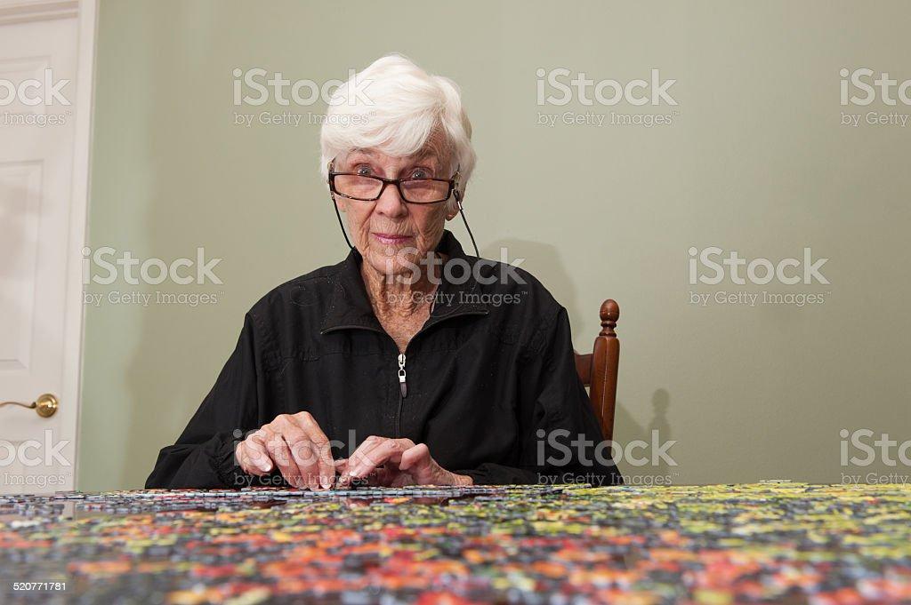 puzzle zusammen mit einer eldery Frau – Foto