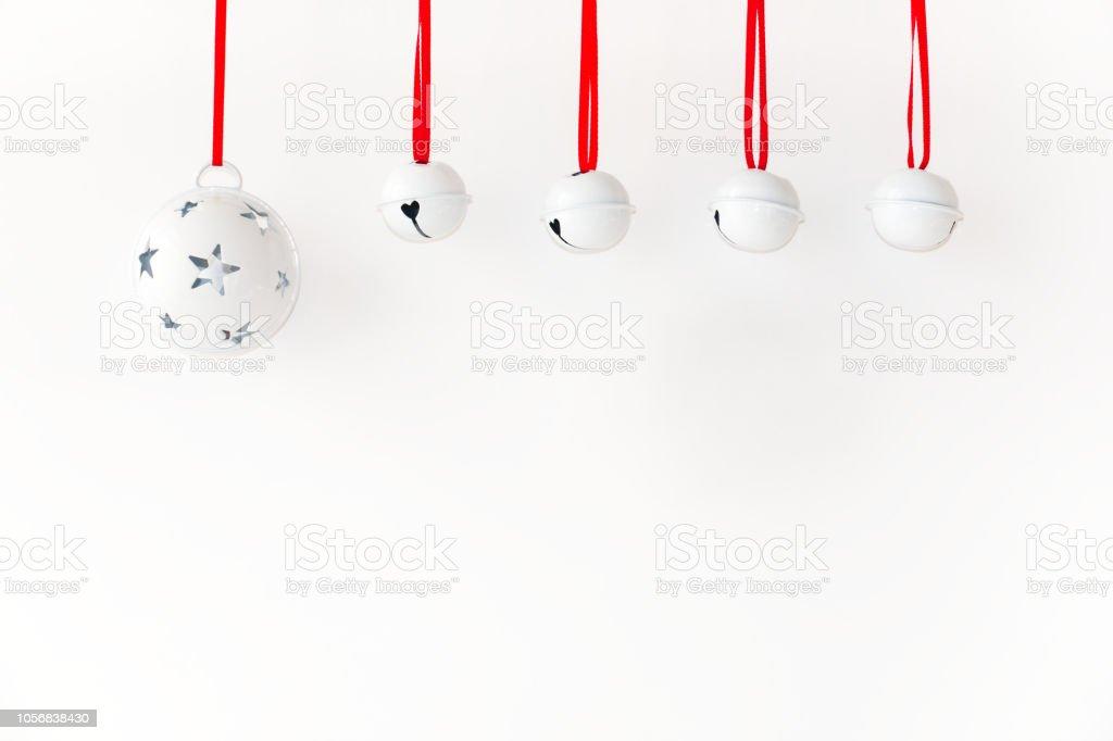 Jingle Bells mit Band hängenden vor weißem Hintergrund – Foto