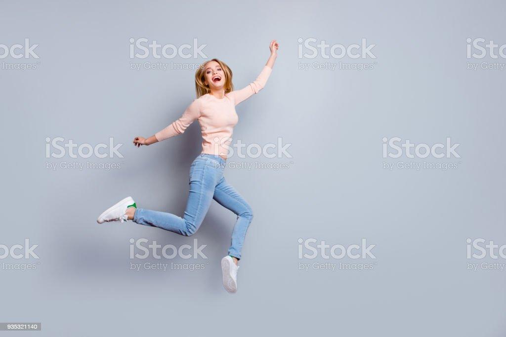 Job Arbeit Schuhe Beine Lachen Person Fan Konzept. Full-length Vollbildansicht des Lachens Gefühl gute Laune hübsche Geschäftsfrau gekleidet in Jeans Denim Pullover Outfit auf grauem Hintergrund isoliert – Foto