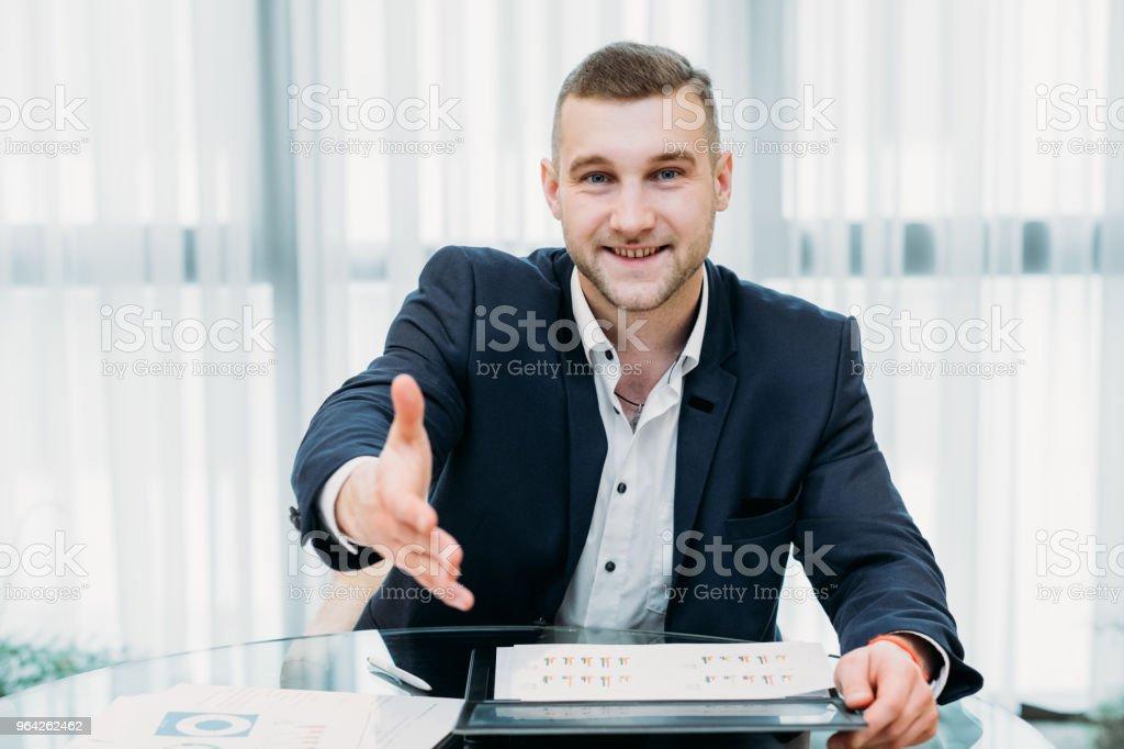 contratación jefe reclutador sostener hacia fuera de la carrera de la mano de trabajo - foto de stock