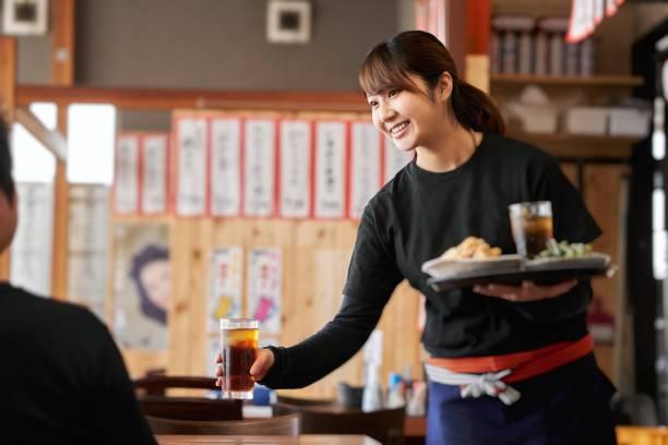 在酒吧工作的婦女的工作形象 - 吧 公共飲食地方 個照片及圖片檔