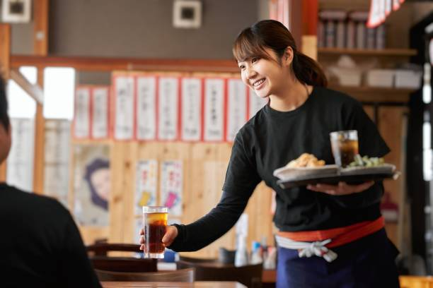 パブで働く女性の仕事像 - 店 ストックフォトと画像