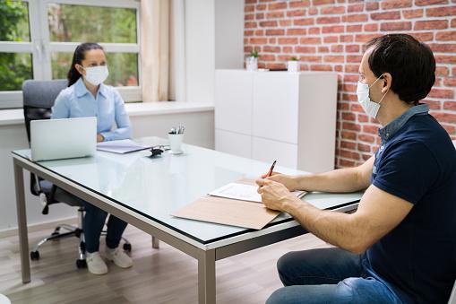 Jobinterview Business Meeting In Der Anwaltskanzlei Stockfoto und mehr Bilder von Abstand halten - Infektionsvermeidung