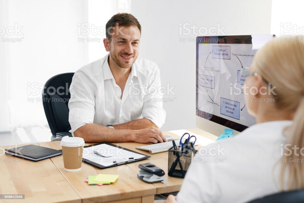 Entrevista de trabajo. Hombre entrevistando a candidatos para el trabajo en la oficina. - Foto de stock de Adulto libre de derechos