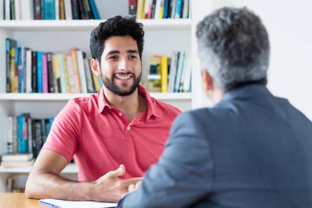 Entrevista de trabajo del aprendiz masculino brasileño - foto de stock