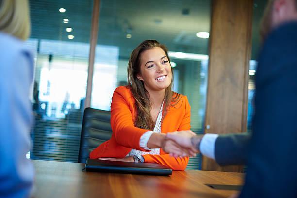 job bewerbungsgespräch - outfit vorstellungsgespräch stock-fotos und bilder