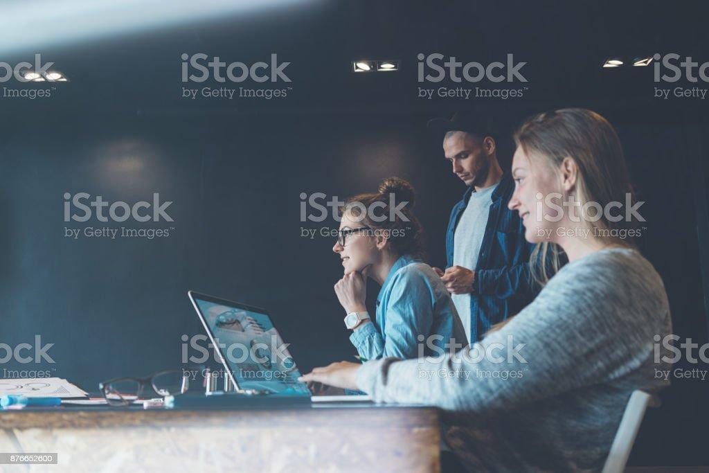 Job-Angebot-Interview mit Mitgliedern im Tagungsraum – Foto