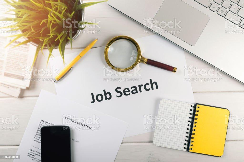 Job-Suche-Elemente auf weißen Tisch. Ansicht von oben – Foto
