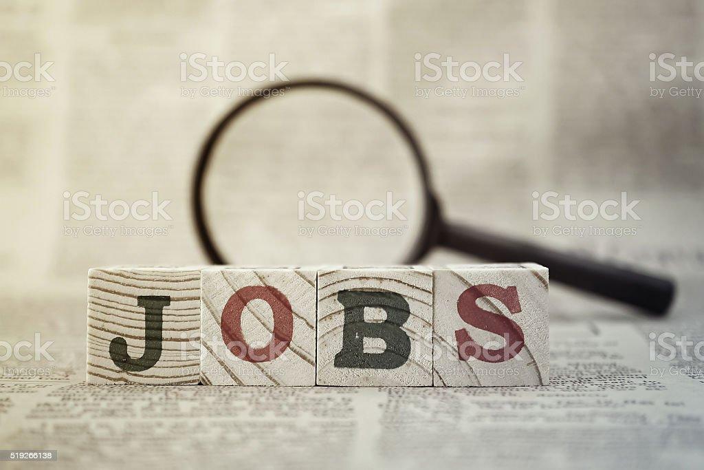 """"""" opportunità di lavoro""""  in legno isolato e la lente d """" ingrandimento su sfondo di giornale - Foto stock royalty-free di Affari"""