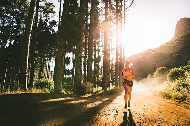 impulsor en un camino de tierra un una senda naturaleza de montaña - trail running fotografías e imágenes de stock