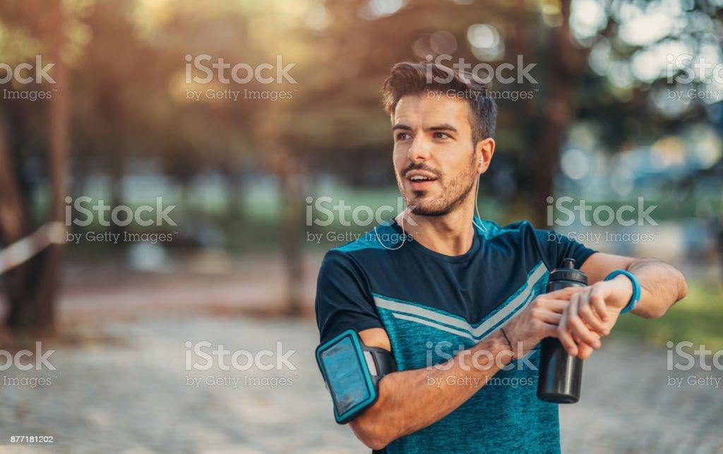 Corredor, usando um relógio inteligente - foto de acervo