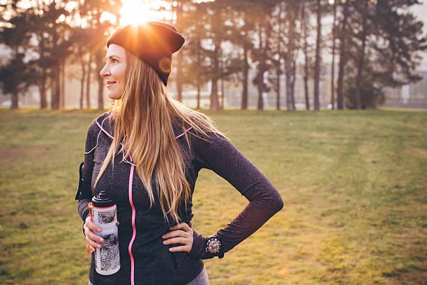 jogging an der frischen luft kann mir helfen, fit bleiben - wasser trinken abnehmen stock-fotos und bilder