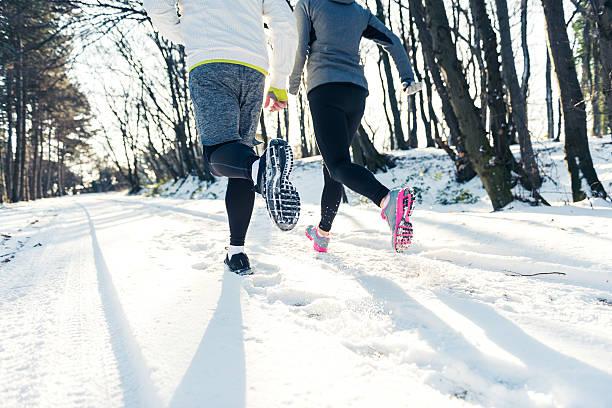 joggen auf dem schnee - bein tag routine stock-fotos und bilder