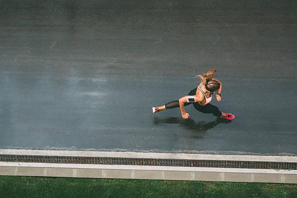 joggen auf der straße - straßentraining stock-fotos und bilder