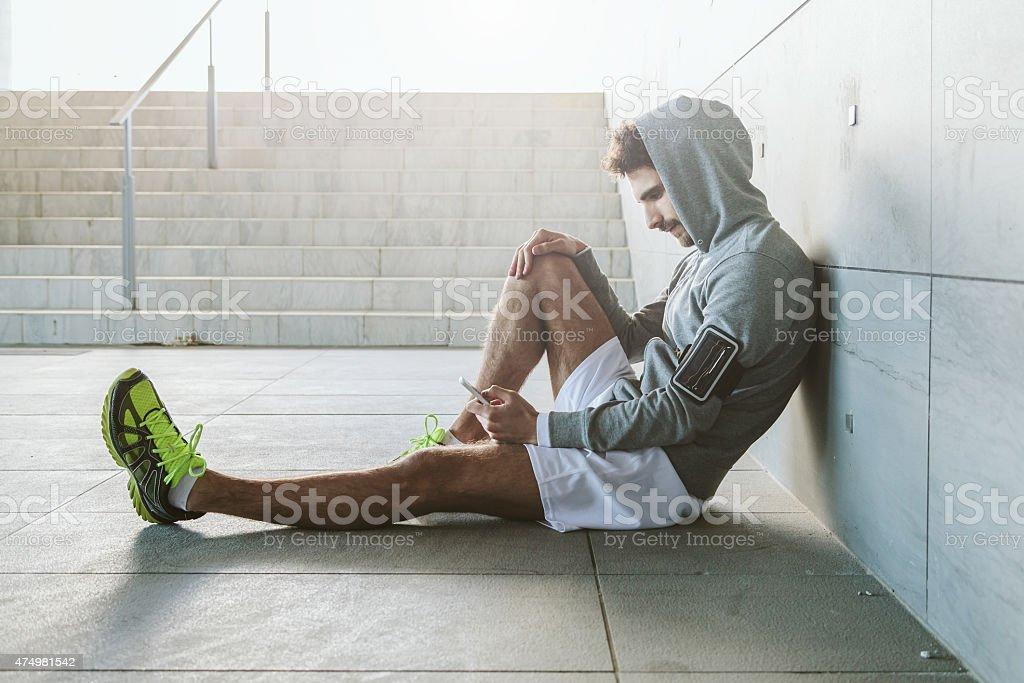 Joggen.   Porträt von ein Mann nimmt eine Pause vom Laufen – Foto