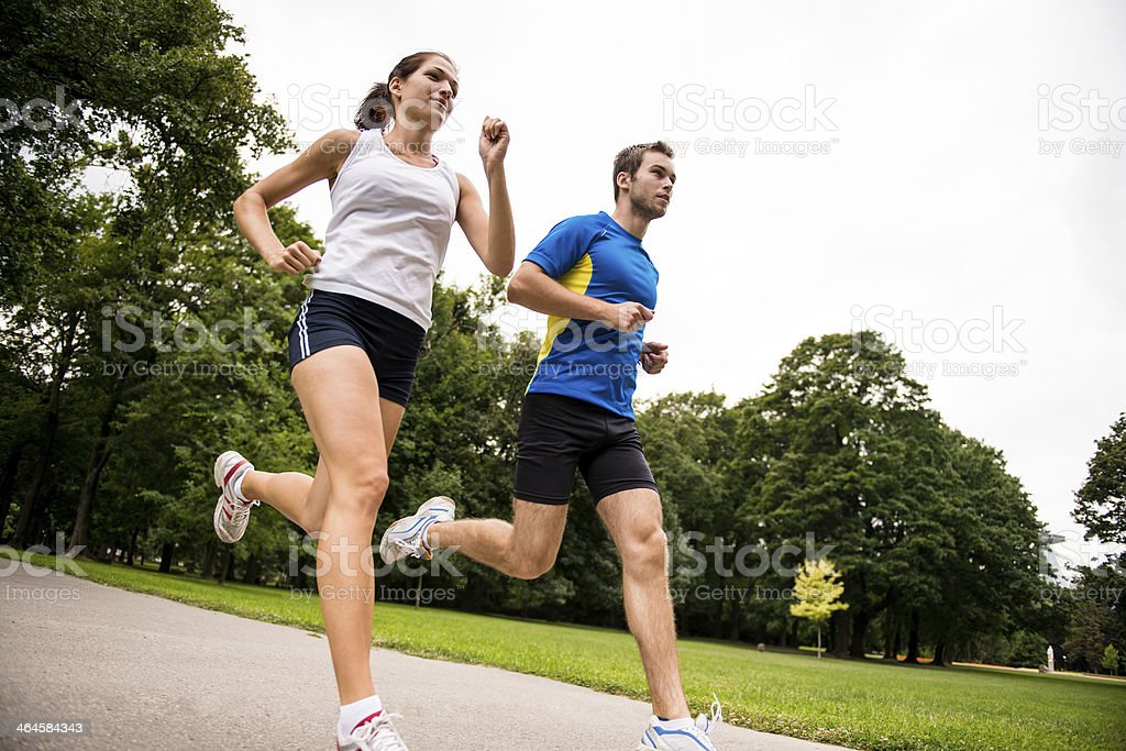 Para correr juntos-Pareja joven deportivo - Foto de stock de Actividad libre de derechos