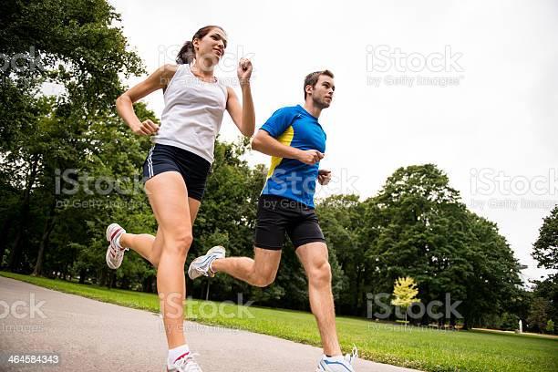Para Correr Juntospareja Joven Deportivo Foto de stock y más banco de imágenes de Actividad
