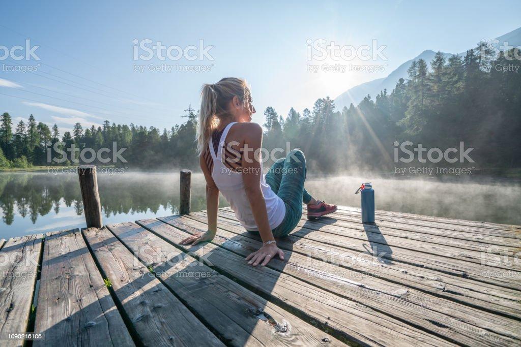 Entspannen Sie sich auf See Pier am Sonnenaufgang genießen frische aus der Natur joggen Frau – Foto