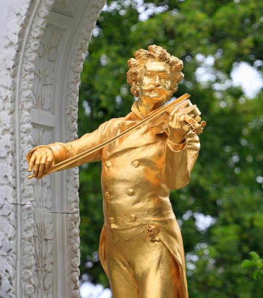 standbeeld van johann strauss ii in stadtpark - wenen oostenrijk stockfoto's en -beelden