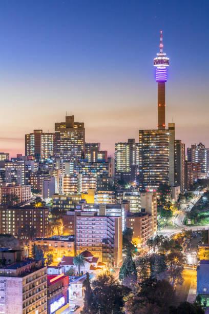 通信塔のヨハネスブルグ市内パノラマ - 南アフリカ共和国 ストックフォトと画像