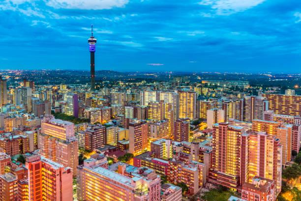 ヒルブロウ ・ タワーとヨハネスブルグ夕日の景観 - 南アフリカ共和国 ストックフォトと画像