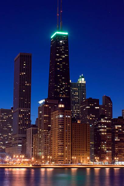 torre john hancock después de la puesta de sol - edificio hancock chicago fotografías e imágenes de stock