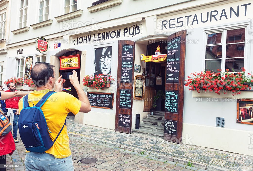 John Lennon pub entrance in Prague - foto stock