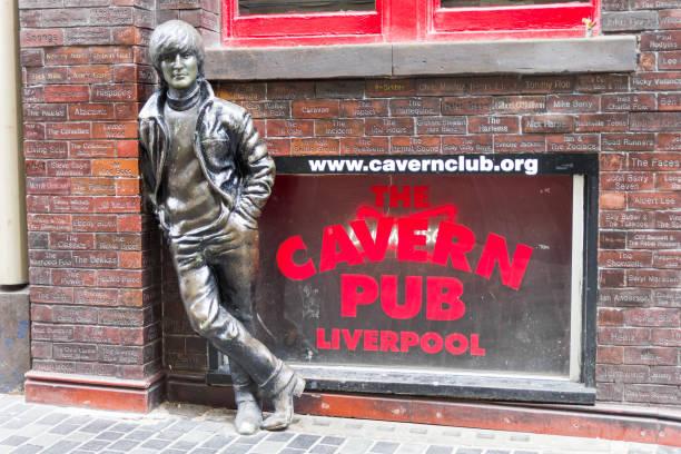 statue de john lennon devant le pub de la caverne, liverpool - liverpool angleterre photos et images de collection
