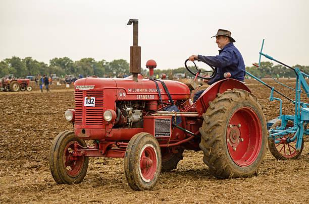 john saunders driving vintage tractor - john lewis 個照片及圖片檔