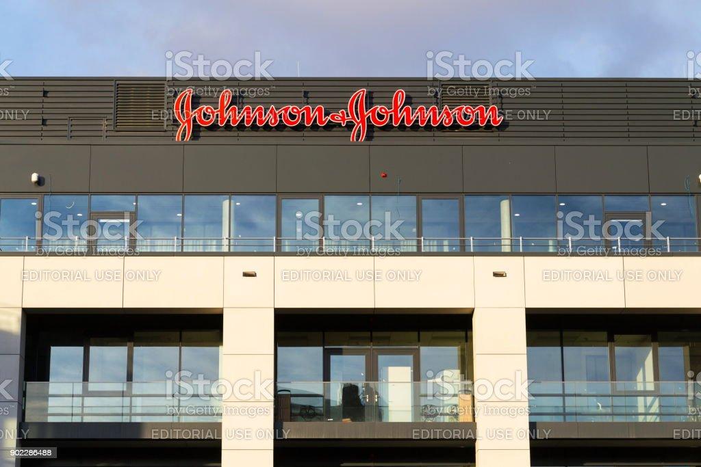 & Johnson Johnson Firmenlogo auf zentrale Gebäude – Foto