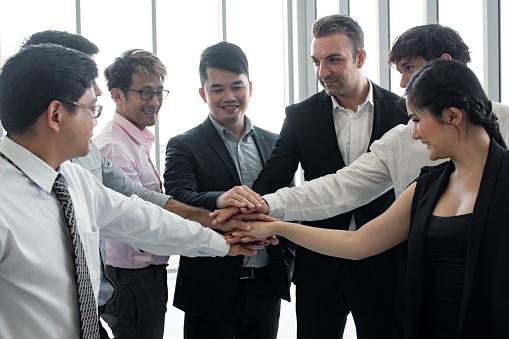 アジアの人々と外国人のチームの手に参加 - オフィスのストックフォトや画像を多数ご用意 - iStock