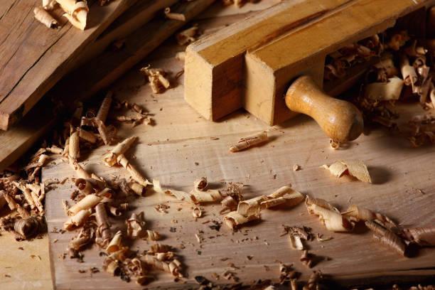 工具と木製シェービングを備えたジョイナーの作業テーブル ストックフォト